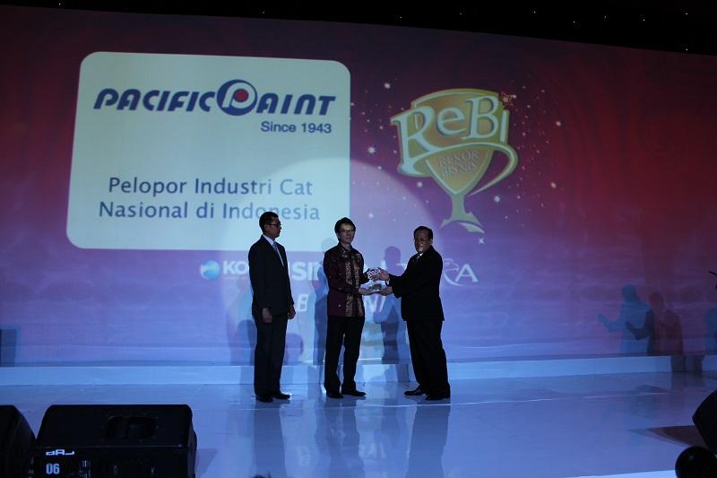 Bapak Jahja Suriawinata, President Director PT Pabrik Cat dan Tinta Pacific Paint menerima penghargaan ReBi