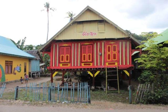 rumah adat kampung tenun warna warni