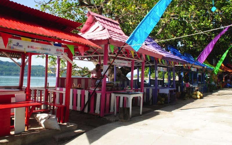 Pondokan rujak buah di sekitar Pantai Natsepa