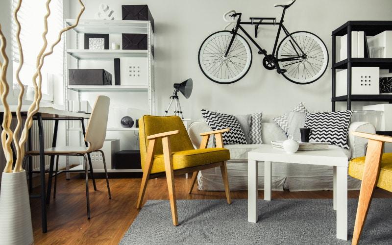 Sepeda di ruang keluarga