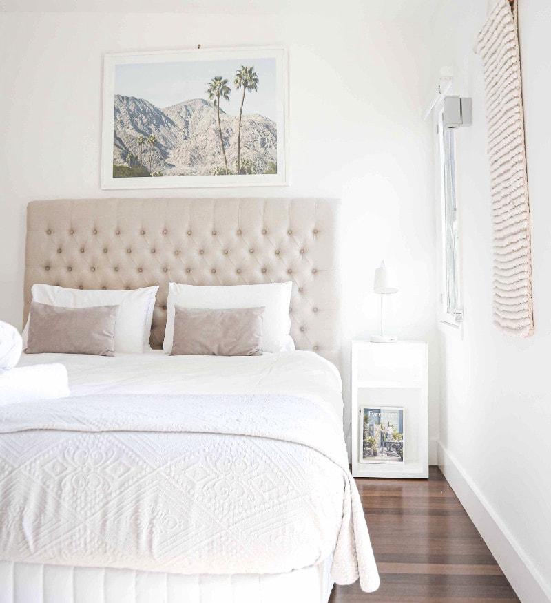 dinding dan kasur putih