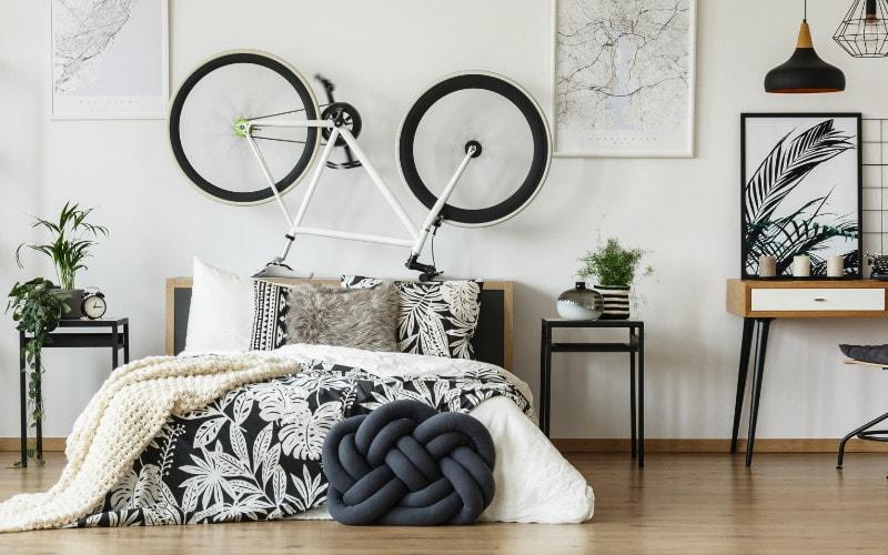 sepeda di atas tempat tidur