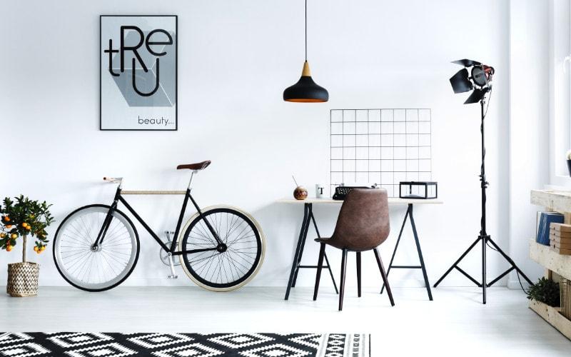 sepeda di ruang kerja
