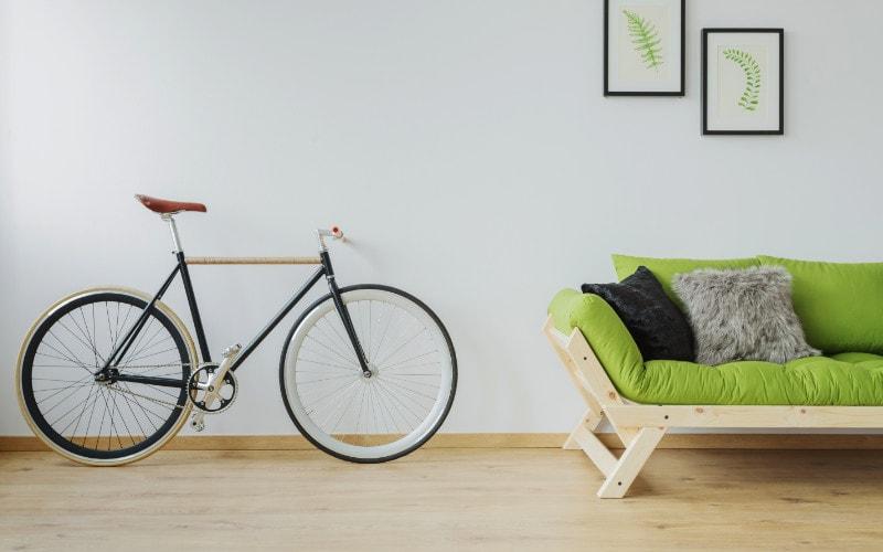 sepeda samping sofa