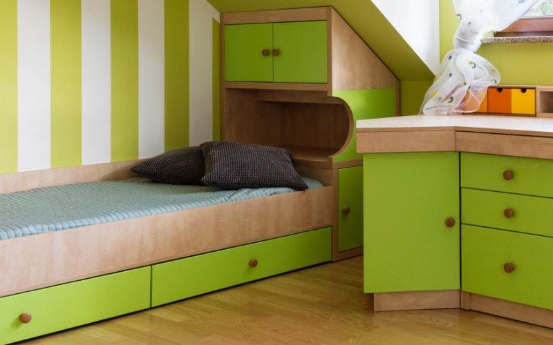 tempat tidur dengan laci penyimpan